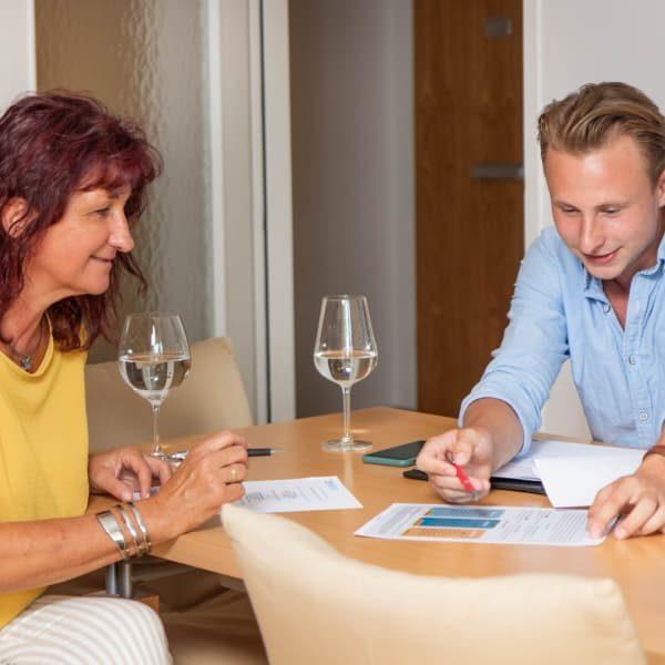 Mann und Frau an einem Tisch